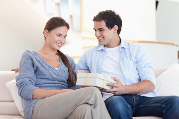 Homme offrant un cadeau à sa petite amie