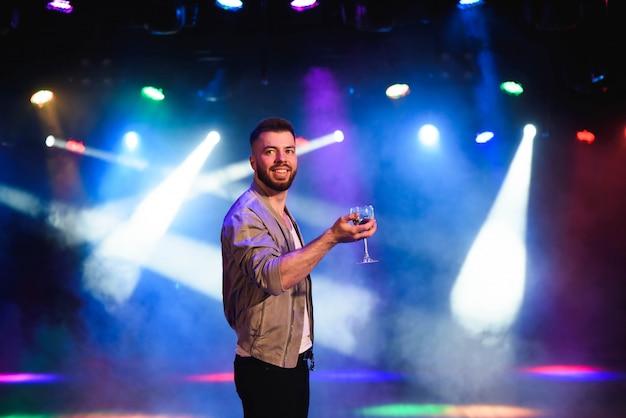 Homme offrant du champagne et flirtant à la fête