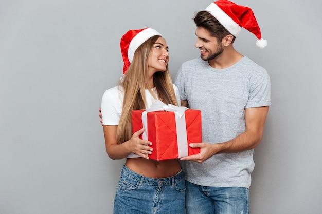 L'homme offre un cadeau de noël à sa petite amie