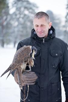 Homme avec un oiseau