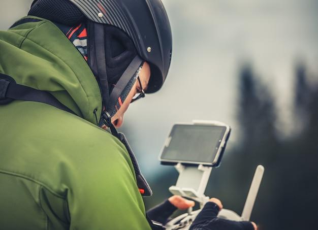 Homme opérant un drone