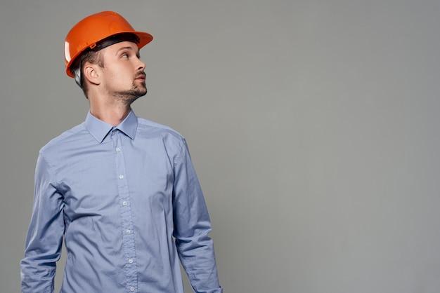 Homme orange casque ingénieur sécurité fond isolé