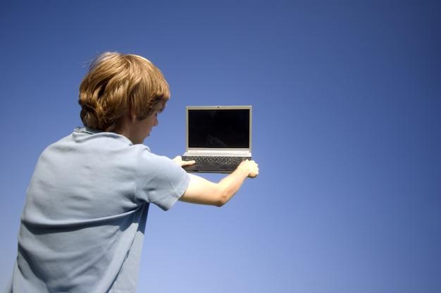 L'homme avec un ordinateur portable dans ses mains