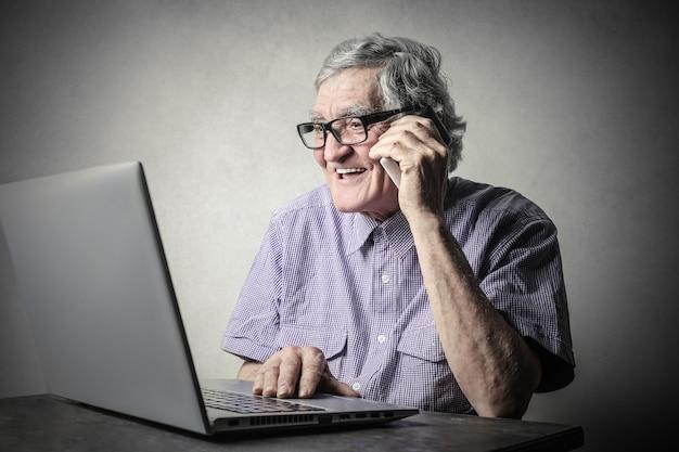 Un homme avec un ordinateur portable