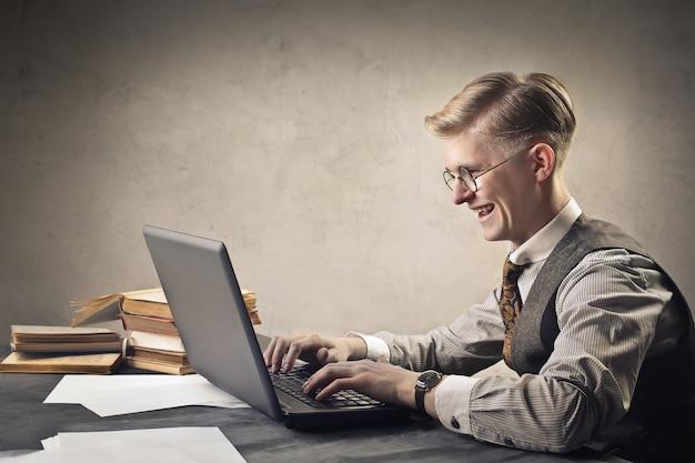 Homme avec un ordinateur portable