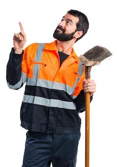 Homme d'ordure pointant vers le haut