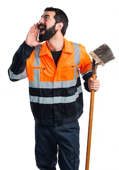 L'homme des ordures crie