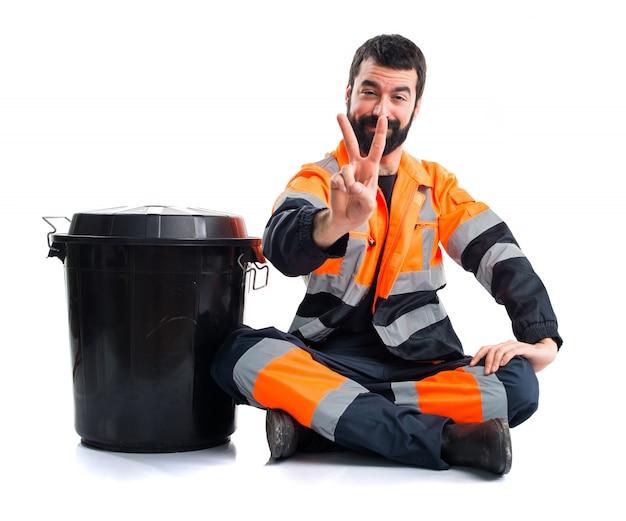L'homme des ordures fait un geste de victoire