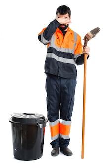 L'homme des ordures fait un mauvais geste