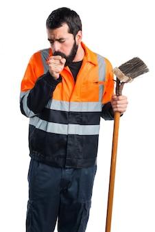 L'homme des ordures toussant