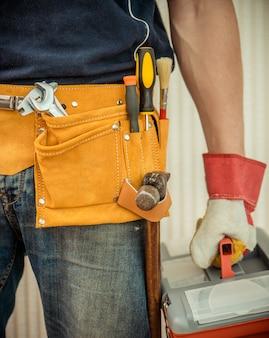 Homme avec des outils