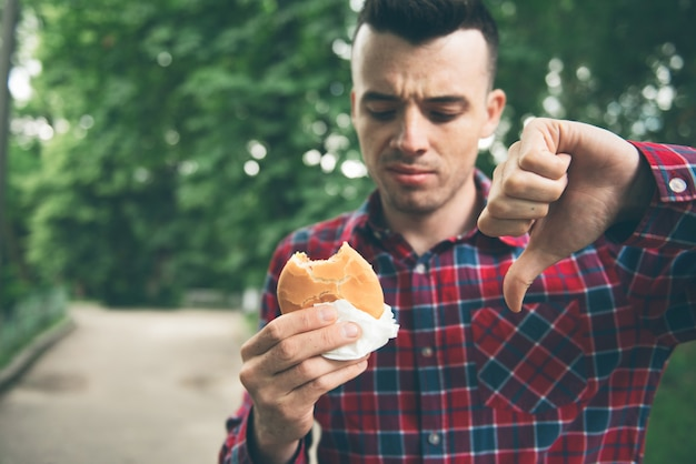 Homme, ouverture, hamburger