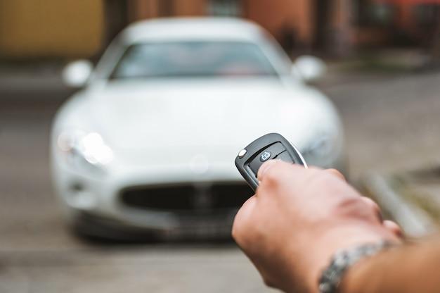 L'homme ouvre la voiture avec un porte-clés