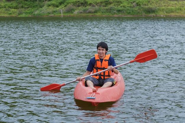 Homme pagayant dans un bateau de kayak en thaïlande