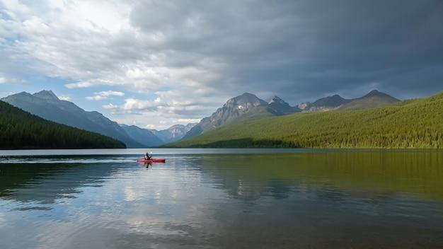 Homme pagayant sur le lac bowman dans le parc national des glaciers