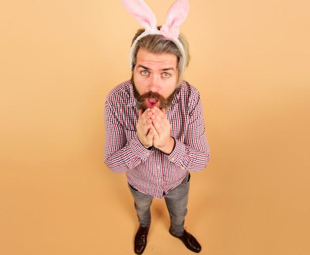 Homme de pâques surpris. guy aux oreilles de lapin. lapin mâle. printemps. vacances. préparation pour pâques.