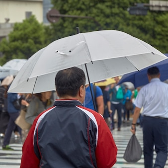 Homme avec parapluie marche