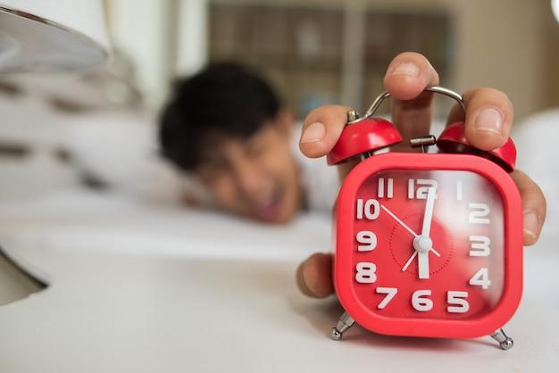 Homme paresseux se réveillant dans sa chambre