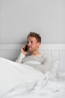 Homme parlant au téléphone coup moyen