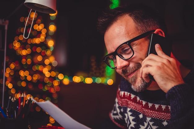 Homme parlant au téléphone intelligent