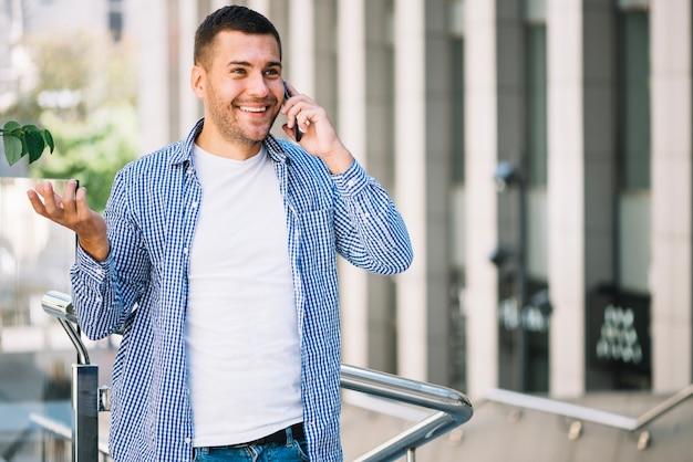Homme parlant émotionnellement au téléphone