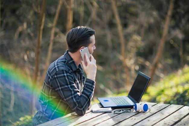 Homme parlant sur le smartphone