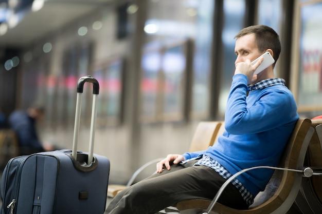 L'homme parlant sur son téléphone