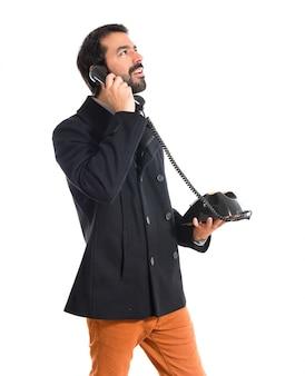 L'homme parle au téléphone vintage