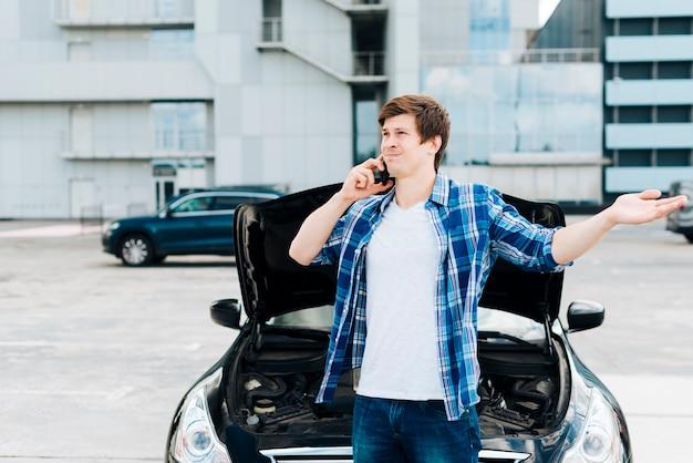 Homme parle au téléphone