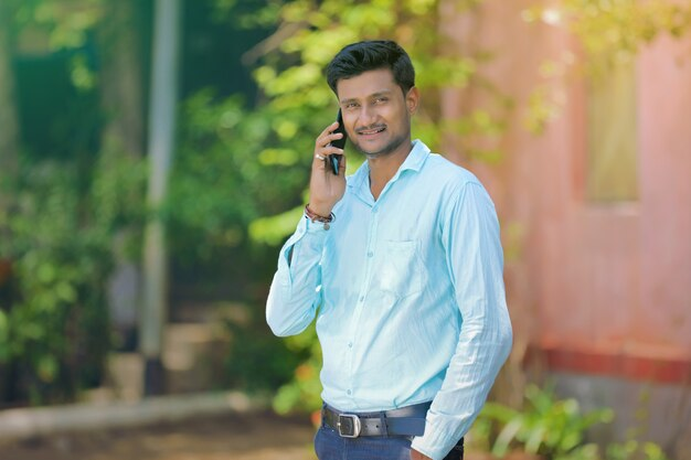 Homme parle sur mobile