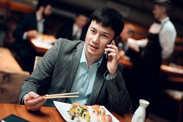 L'homme parle sur son téléphone