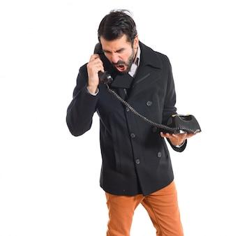 L'homme parle avec un téléphone vintage