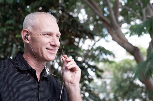 Homme parle à travers des écouteurs