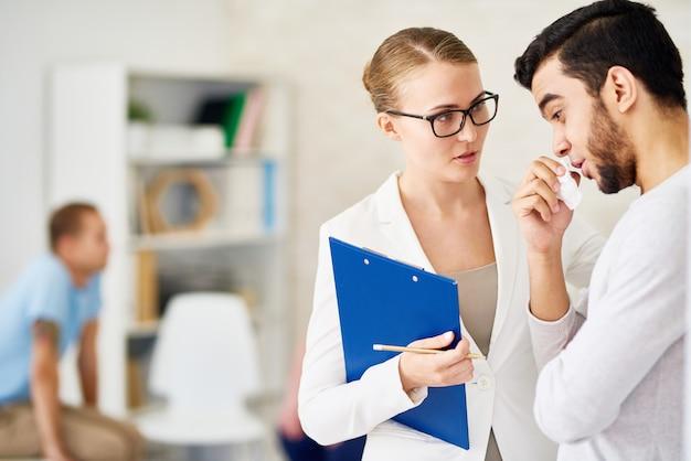 Homme parler un à un avec un psychiatre