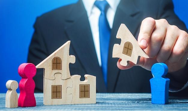 Un homme partage la propriété entre un ex-mari et sa femme avec un enfant après un divorce
