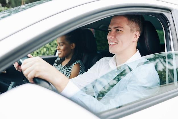 Homme avec passager dans la voiture