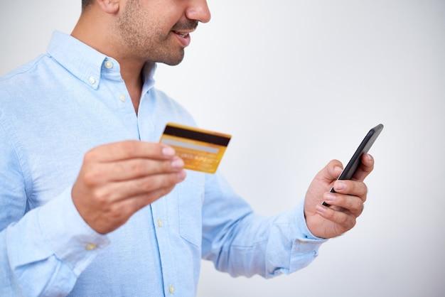 Homme passant commande en ligne via l'application mobile