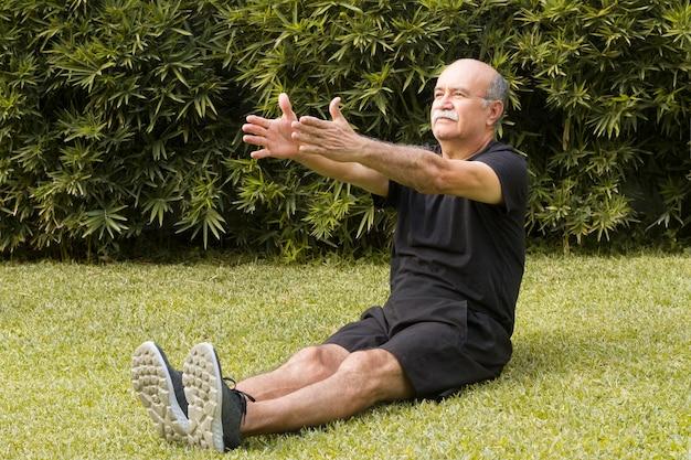 Homme passant son temps à faire des exercices dans le parc