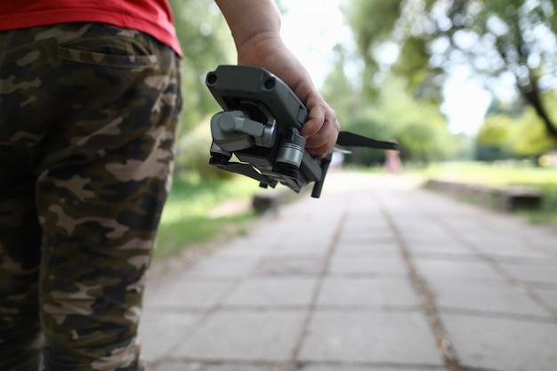 Homme, passer du temps à l'extérieur avec un drone moderne
