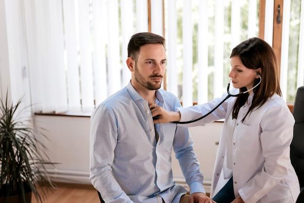 Homme patient en visite chez le médecin.