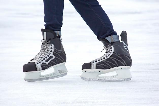 L'homme patine activement sur une patinoire