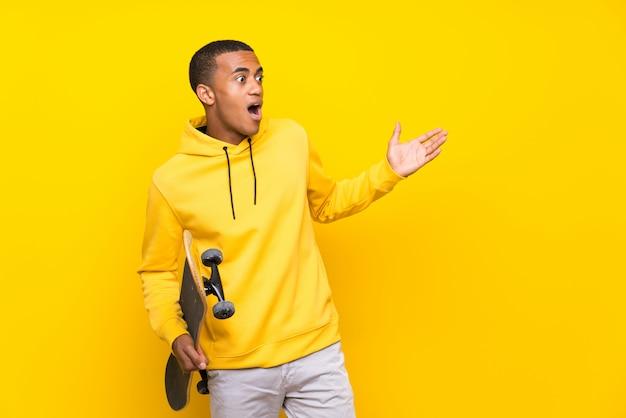 Homme de patineur afro-américain avec une expression faciale surprise