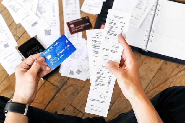 Homme payant des factures en ligne via internet banking