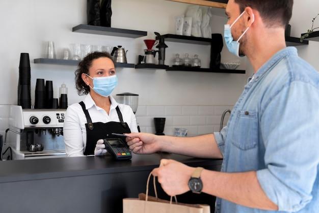 Homme payant des plats à emporter avec une carte de crédit