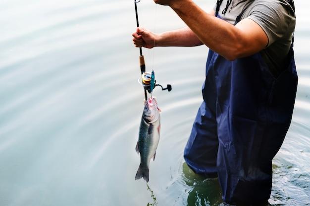 Homme pêchant au bord du lac
