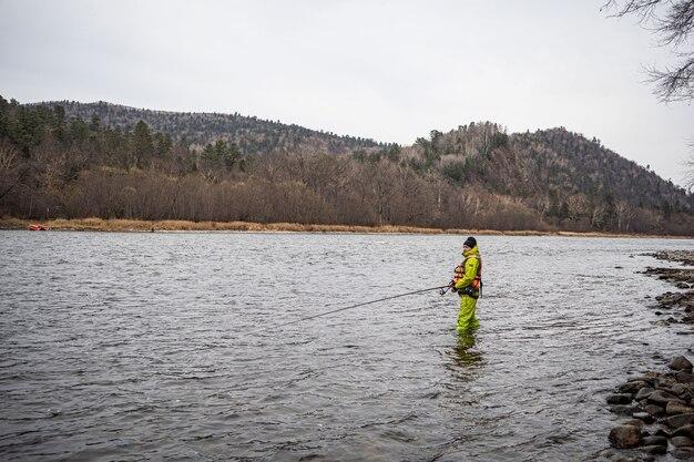 Homme pêchant dans une rivière