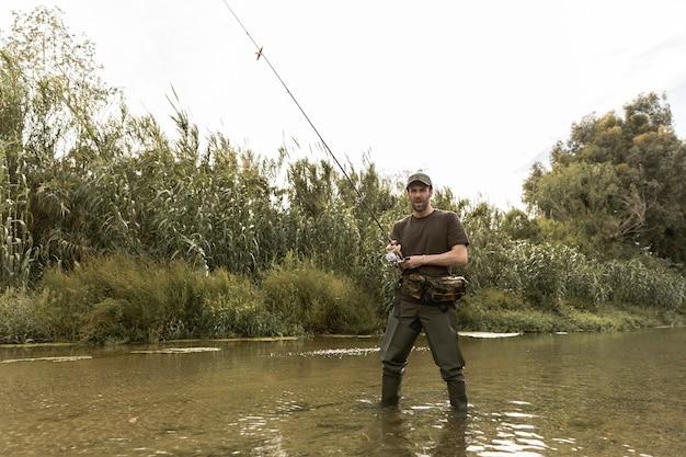 Homme pêchant à la rivière