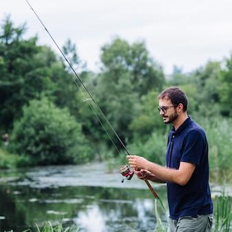 Homme de pêche dans le lac
