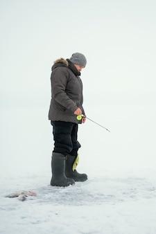 Homme de pêche avec un équipement spécial à l'extérieur