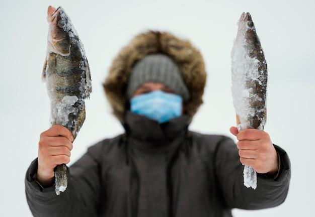 Homme de pêche avec un équipement spécial